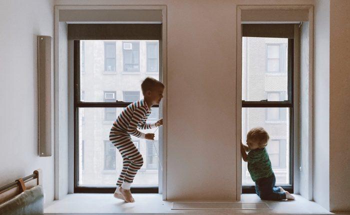 Kinderen spelen in gezond huis